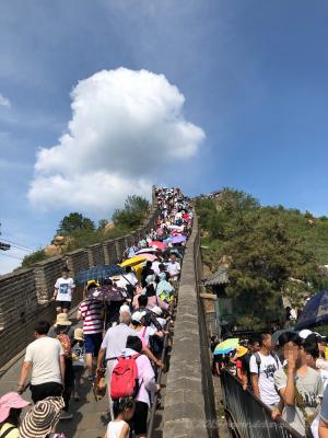 北京、八達嶺万里の長城を登る人混み